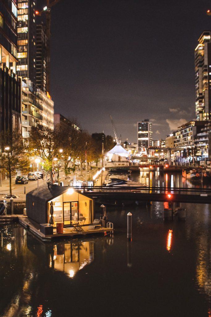 Wikkelboat in Rotterdam als duurzaam tiny house vakantiehuisje